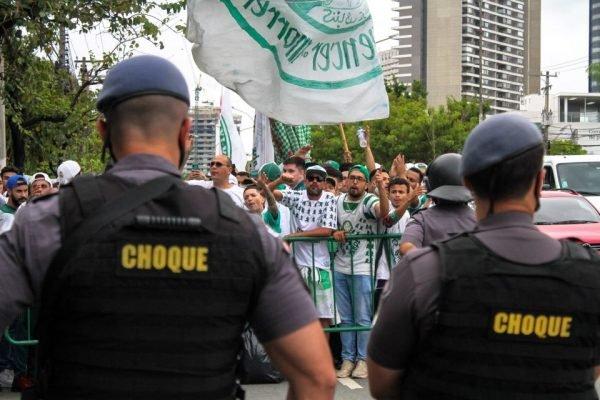 Torcida do Palmeiras em protesto