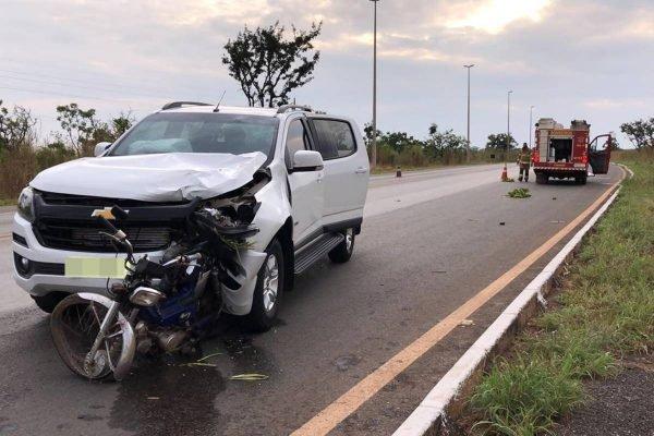 Acidente entre caminhonete e motocicleta na BR-080, próximo a Brazlândia