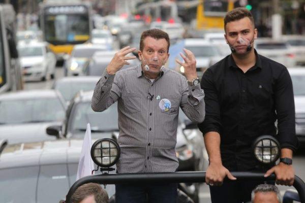 Celso Russomanno candidato a prefeitura de sao paulo faz campanha na rua e come pastel