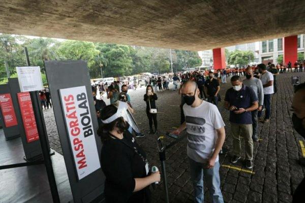 Bruno Covas (PSDB), candidato à reeleição, visita a exposição de Hélio Oiticica no Museu de Arte de São Paulo (MASP), na tarde deste domingo (18/10)