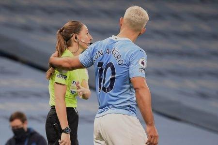 Aguero toca a árbitra em jogo do Manchester City
