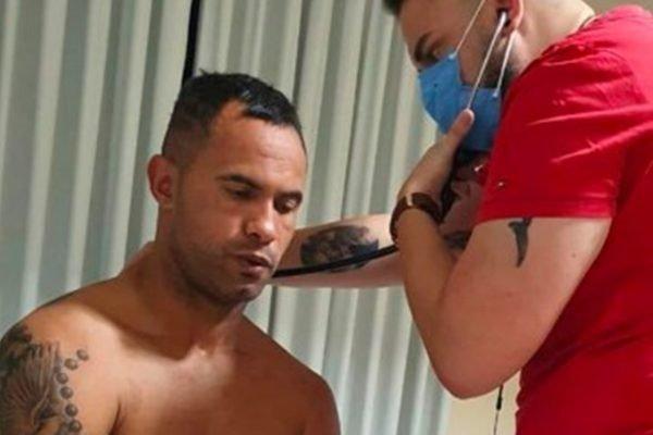 Goleiro Bruno é examinado após intoxicação alimentar