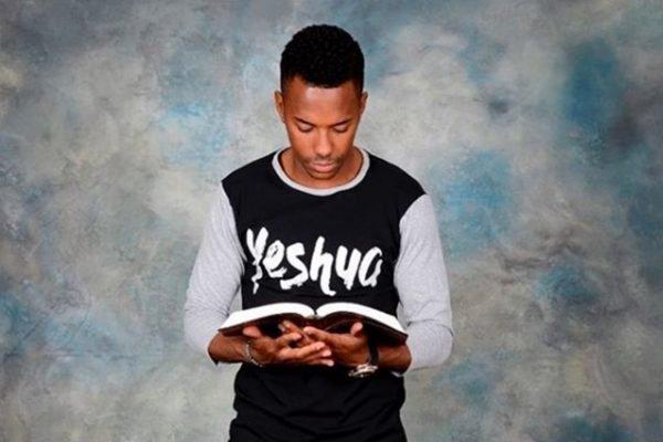 Robinho com a bíblia na mão
