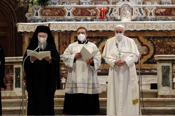 Papa durante culto