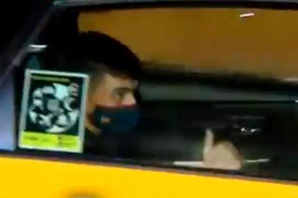 Pedri, jogador do Barcelona, vai embora de táxi