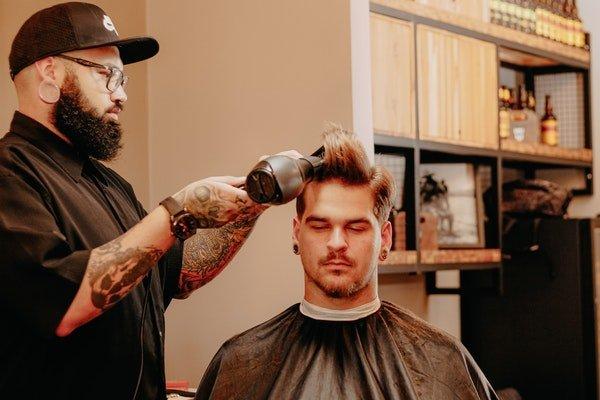 Homem secando o cabelo