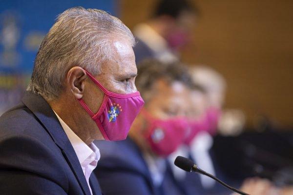 Tite com máscara rosa