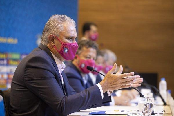 Tite de máscara rosa durante convocação