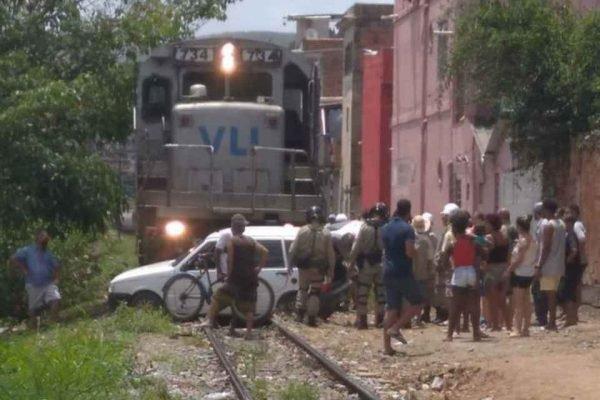 trem colide com carro no Rio de Janeiro
