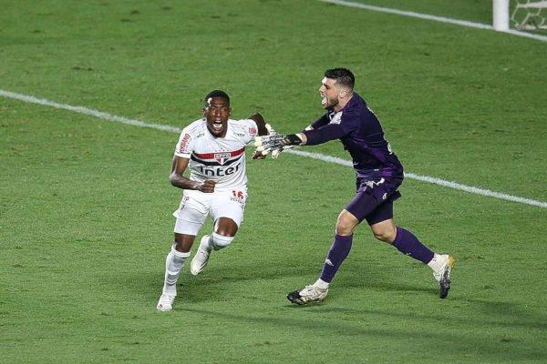 jogador comemorando gol