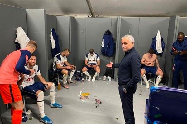 Técnico José Mourinho tira foto com jogadores do Tottenham ao celular