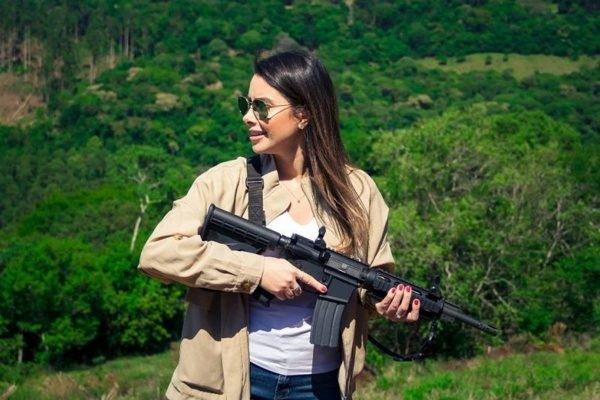 Deputada Caroline De Toni segura fuzil e posta em rede social