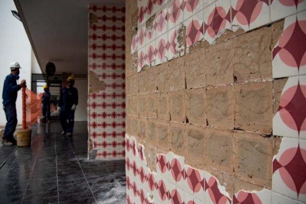 Retirada dos azulejos do Bloco B da 314 Sul