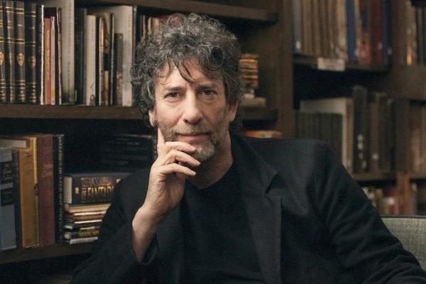 Neil Gaiman em sua biblioteca