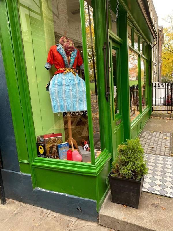 Saia feita de máscaras faciais, exposta no brechó britânico Mary's Living and Giving Shop