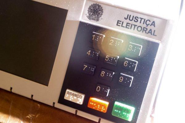 Funcionários do TRE preparam urnas eletrônicas para o dia das eleições de 202012
