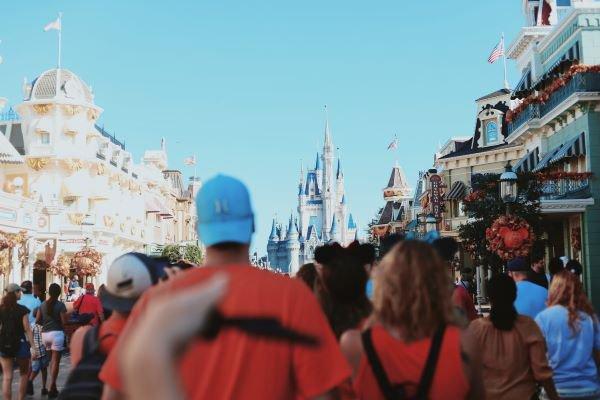 Pessoas passeando na Disney, em Orlando, Flórida (USA)