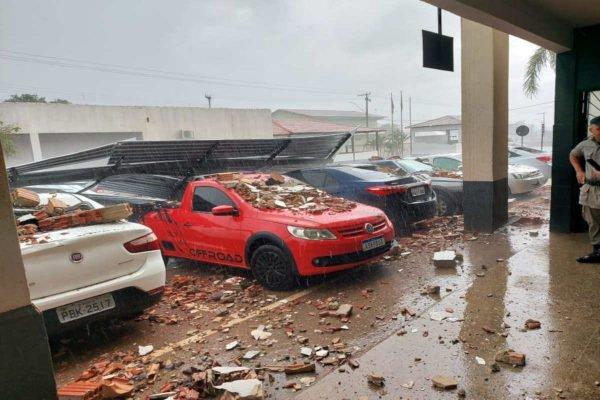 prédio desaba em cima de carros estacionados