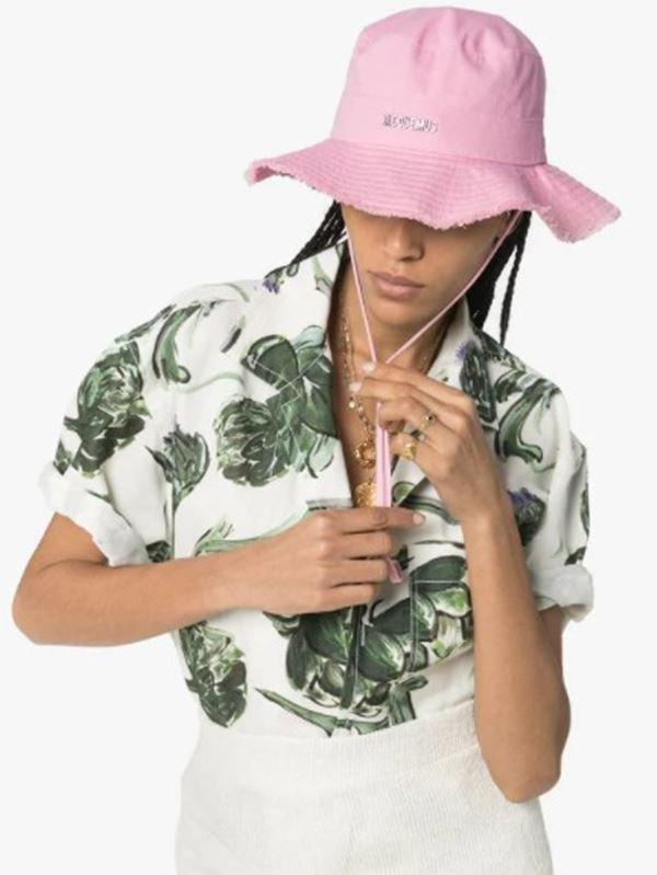 Modelo com chapeu Jaquemus