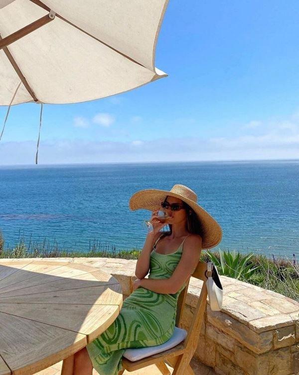 Kylie com vestido House of Sunny