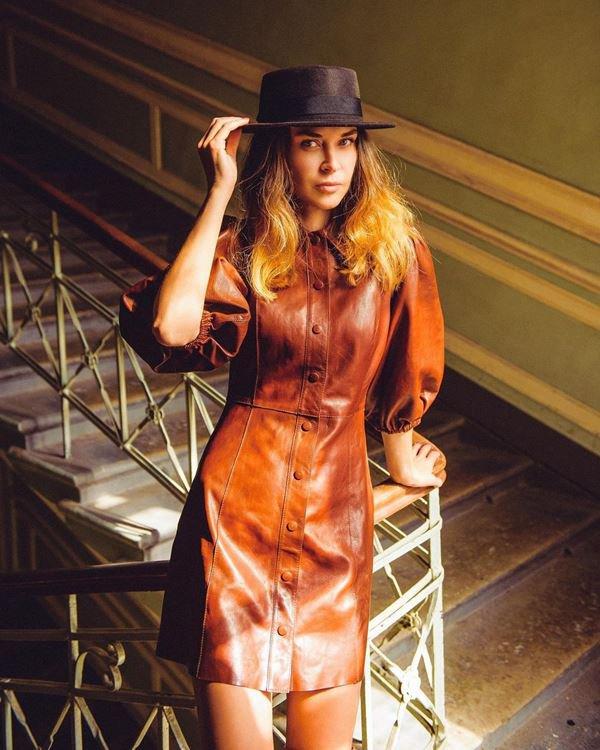 Modelo com vestido de couro