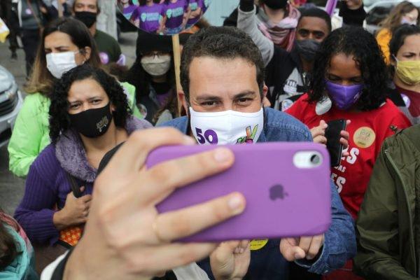 Guilherme Boulos e a vice Luiza Erundina, participam de uma carreata na zona sul de São Paulo