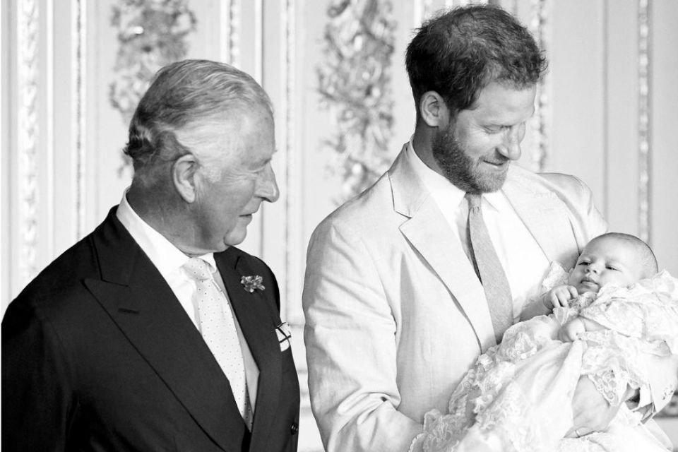 Príncipes Charles e Harry com Archie
