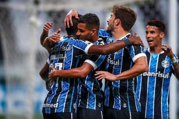 Jogadores do Grêmio abraçados