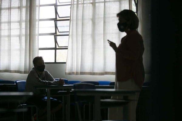 Professora dá aula para alunos em sala de aula São Paulo