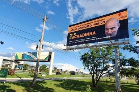 Outdoor usa foto de Queiroz na campanha contra reforma administrativa