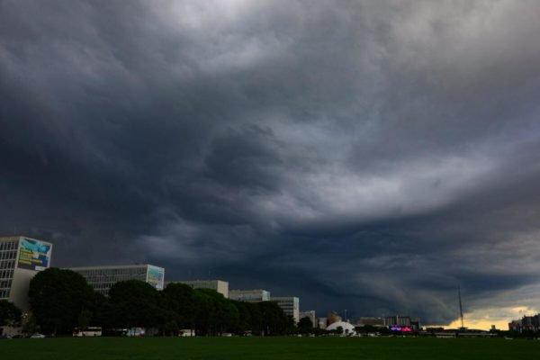 céu carregado no centro de Brasília