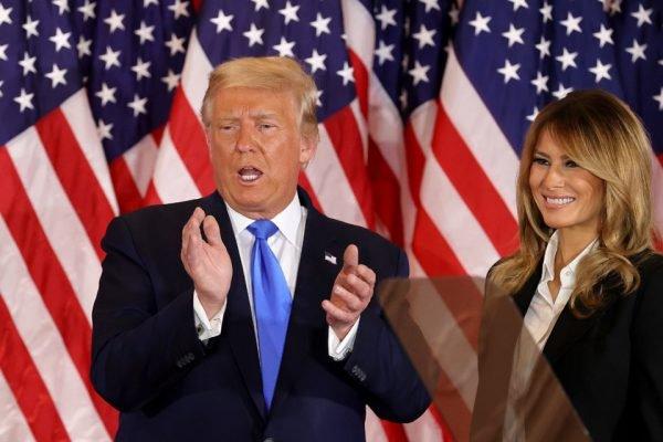 Trump ao lado de Melania, na madrugada de quarta-feira, 4 de novembro, ao declarar vitória na eleição