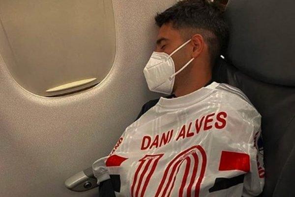 Leo Di Placido com camisa de Daniel Alves