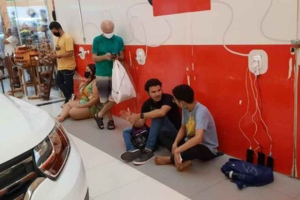 Pessoas ocupam shoppings e aeroporto em busca de energia em Macapá