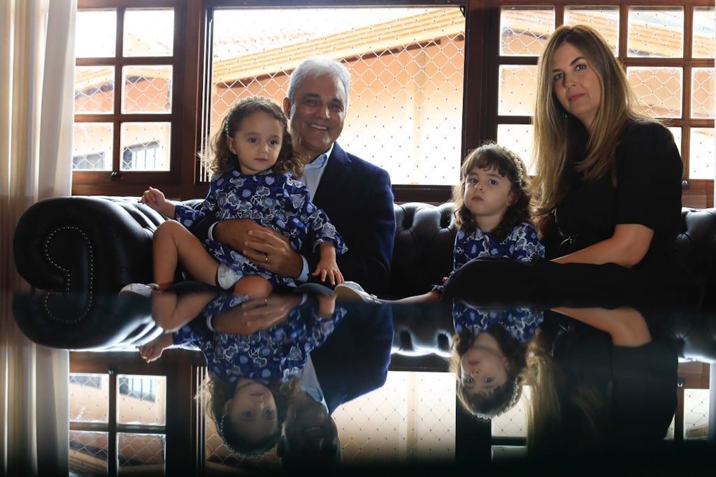 Desembargador Héctor Valverde Santanna com a esposa e filhas