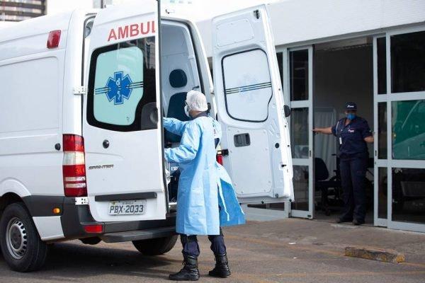 Ambulância na porta de hospital
