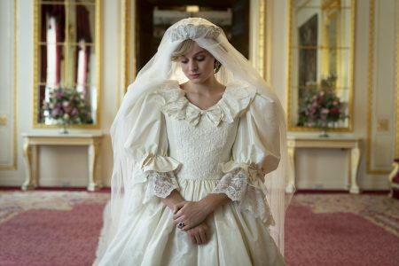 Princesa Diana na quarta temporada da série The Crown, usando vestido de casamento