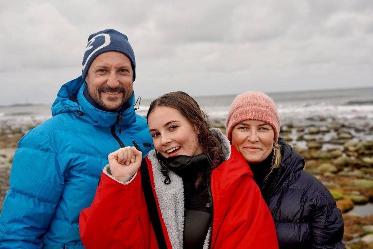 Príncipe herdeiro Haakon, princesa Ingrid Alexandra e a mãe, Mette-Merit