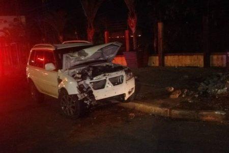 Carro bate em poste em Vicente Pires e deixa Vicente Pires sem luz