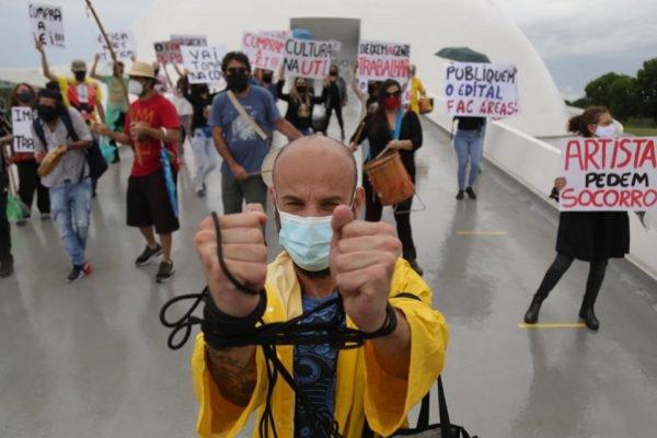 Artistas fazem protesto em Brasília