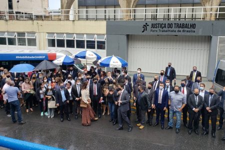 Advogados protestam em frente ao TRT-10 pela retomada de audiências