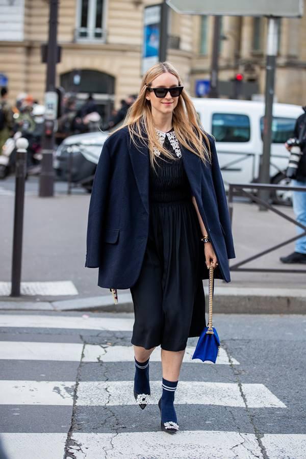 Charlotte Groeneveld com look preto e azul-marinho
