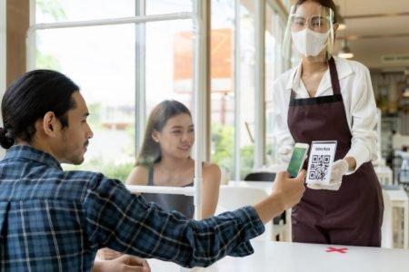 garçom e clientes
