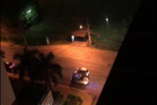 carro de polícia visto de cima de prédio