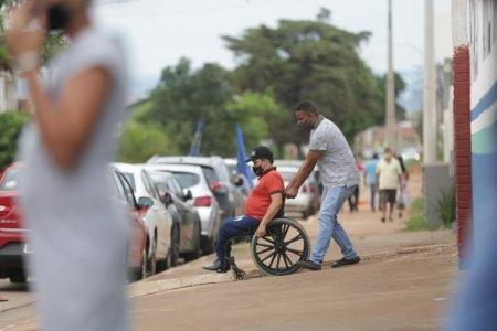 Candidato cadeirante critica falta de acessibilidade no Entorno