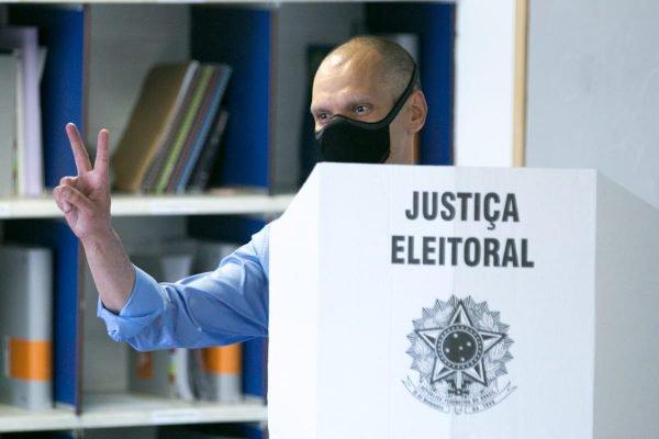 O candidato à reeleição da prefeitura de SP, Bruno Covas, vota em Vila Ida