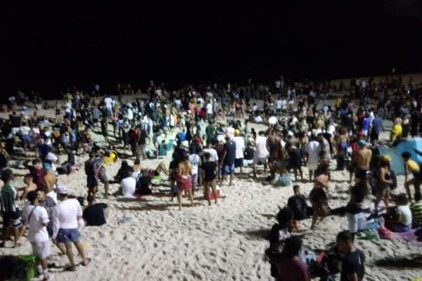 Pessoas aglomeradas em luau no Rio de Janeiro