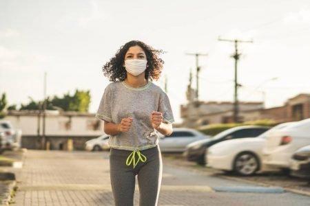 mulher correndo com máscara
