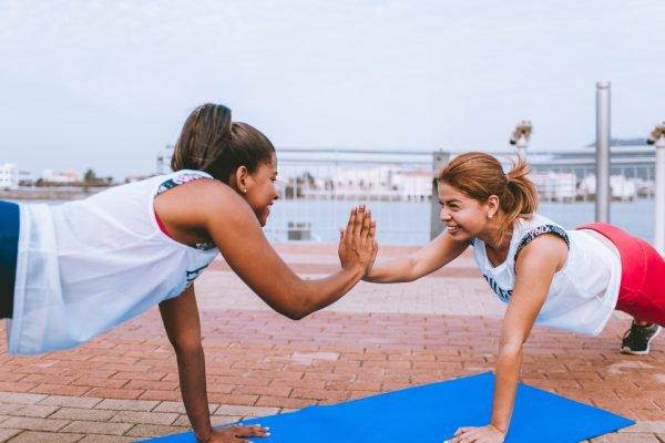mulheres treinando, fazendo exercício