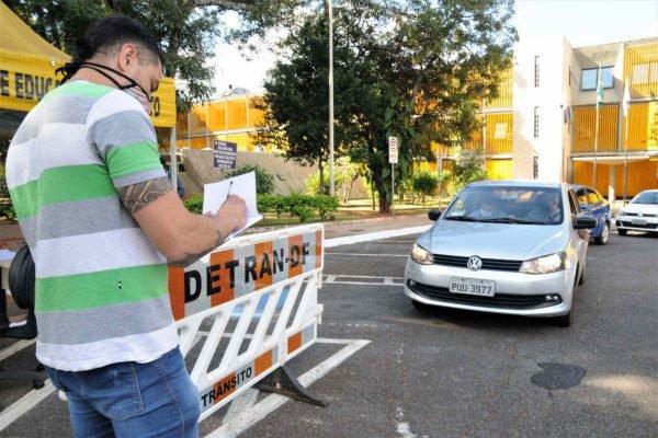 homem inspecionando veículo